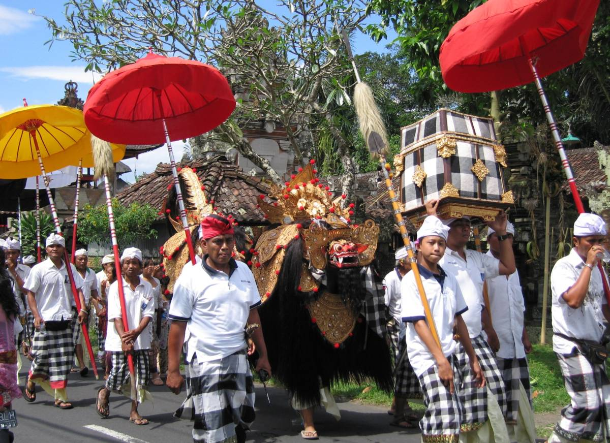 procession with Barong at the end of the Saka year (Pujung)